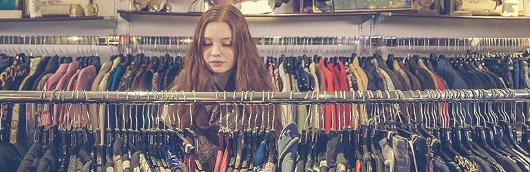 Waarom je oude kleding niet zomaar in de textielbak zou moeten doen